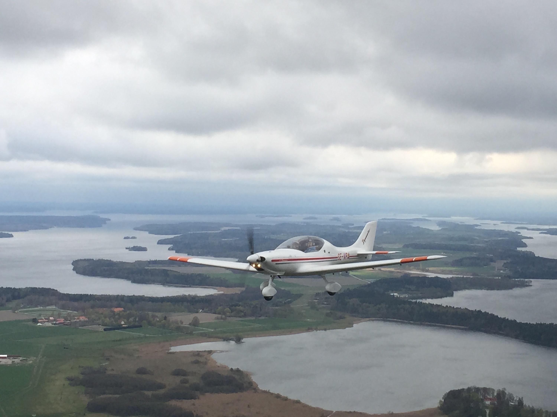 Gjorde ett kort stopp på Skå-Edeby. Därifrån fick vi sällskap av SE-LTH och flög rote hem till Troslanda.